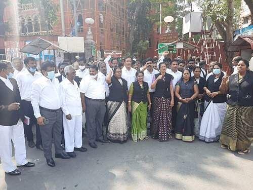 சென்னை உயர்நீதிமன்றத்தில் வழக்குரைஞர்கள் கருப்பு தினம் அனுசரிப்பு