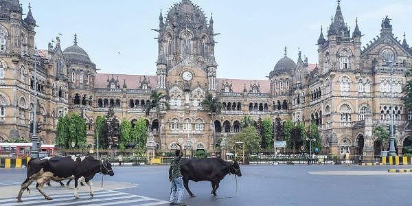 மகாராஷ்டிராவில்  முழு ஊரடங்கு அமலுக்கு வந்துள்ள நிலையில் வெறிச்சோடிய சத்ரபதி சிவாஜி ரயில் நிலையம்.
