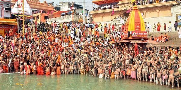 உத்தரகண்ட் மாநிலம் ஹரித்துவார் கங்கைக் கரையில் 12 ஆண்டுகளுக்கு ஒரு முறை இந்துக்களின் புனித விழாவான கும்பமேளா திருவிழாவில் கலந்து கொண்ட பக்தர்கள்