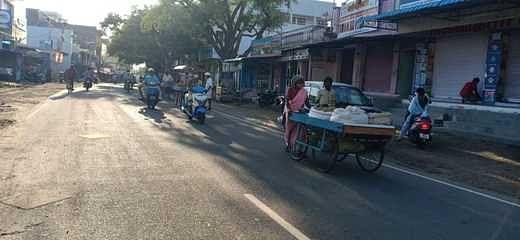 மாலை 5 மணிக்குப் பிறகு தள்ளுவண்டி கடைகளை ஓட்டிச் செல்லும் வியாபாரிகள்.
