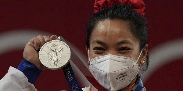 இந்தியா சார்பில் பளுதூக்குதல் போட்டியில், டோக்கியோ ஒலிம்பிக்ஸில் பங்கேற்ற மீராபாய் சானு பெண்களுக்கான 49 கிலோ எடைப் பிரிவில் பங்கேற்று வெள்ளிப்பதக்கம் வென்றார்.